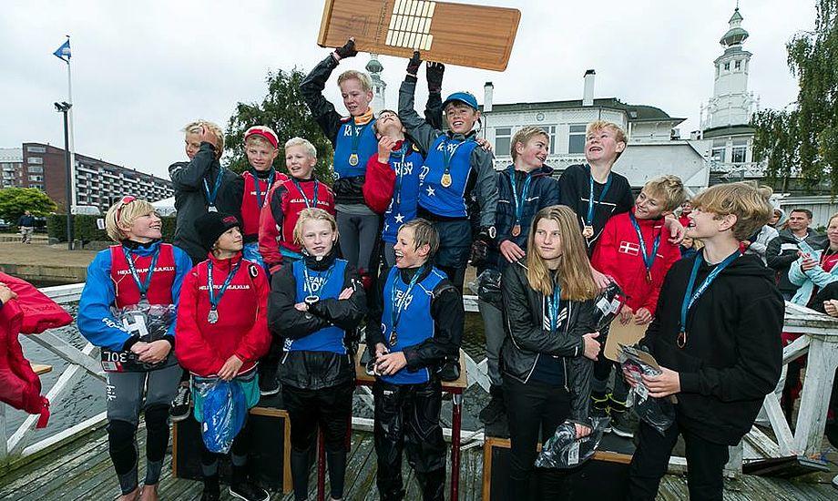 KDY stod atter øverst, da der skulle deles medaljer ud til hold-DM i Optimistjolle. Foto: Mogens Hansen