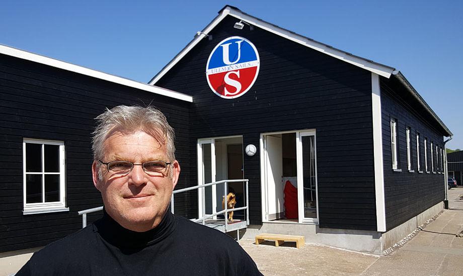 Designer og sejlmager Lars Bo foran sit nye sejlloft på Aarhus Lystbådehavn, hvor der er 400 bådejere. Foto: Troels Lykke