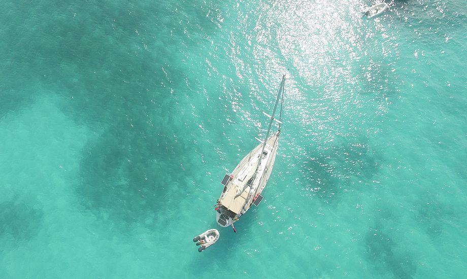 Johanna oppefra i det klareste vand på Bahamas. Foto: Cille Rosentoft.