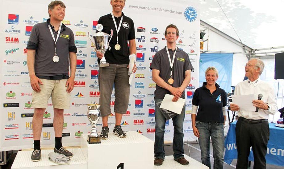 Svendsen på podiet til IDM med 60 ok'er. Bemærk den regerende verdensmester og årets sejler i GBR 2011 - der står på 3. pladsen. Foto: warnemuender-woche.com