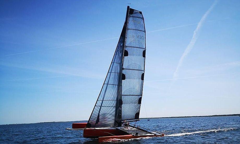 Dragonfire med Jens Quorning og to gaster kom som forventet først i mål, men ingen rekord denne gang. Her ses båden i går under starten i Bogense. Foto: Troels Lykke