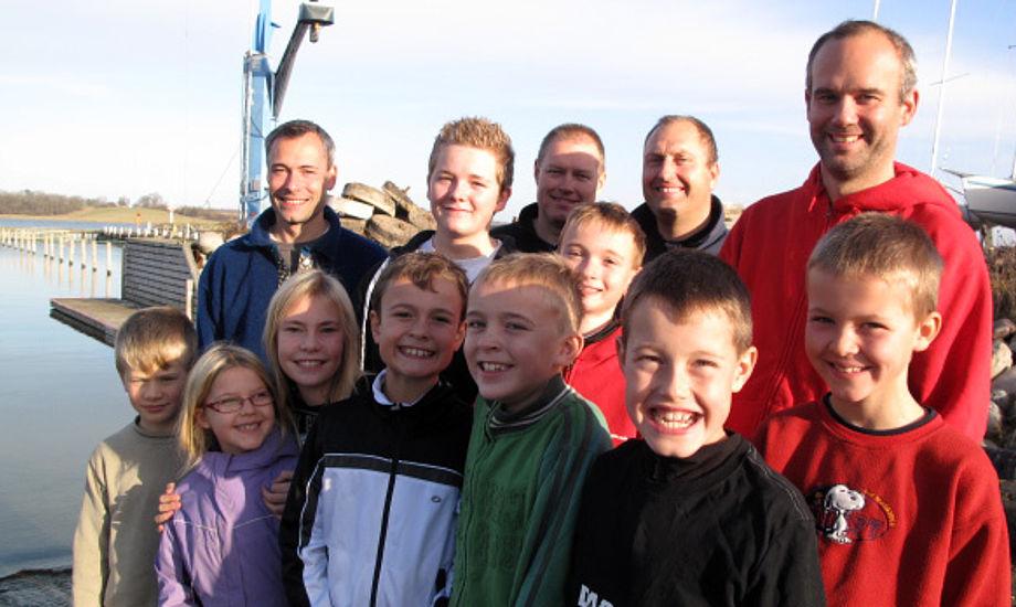 Glade Opti-sejlere i Herslev Strand med forældre og træner. Foto: Troels Lykke
