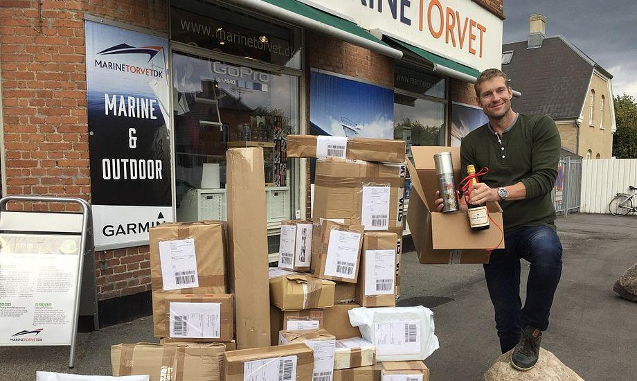 Blandt dagens øvrige forsendelser er også pakken til kunde nr. 100.000, til hvem Jens Juul fra Marinetorvet har sørget for lidt godt til ganen. Foto: Marinetorvet