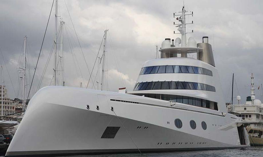 Den 394 fods superyacht, A, der i aluminium, vækker opsigt på Mallorca. Foto: Troels Lykke