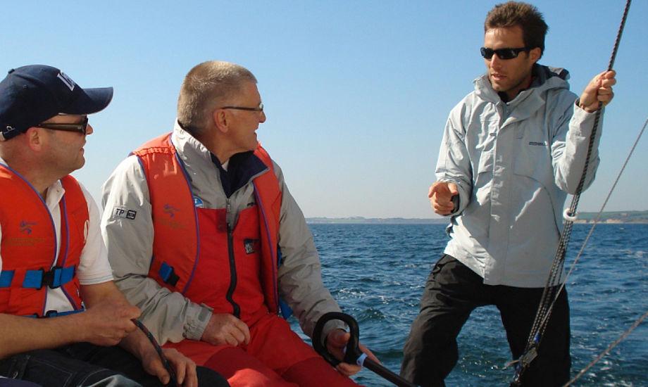 Kaj Larsen kigger her på Jonas Warrer, der er taget til Thisted for at undervise.