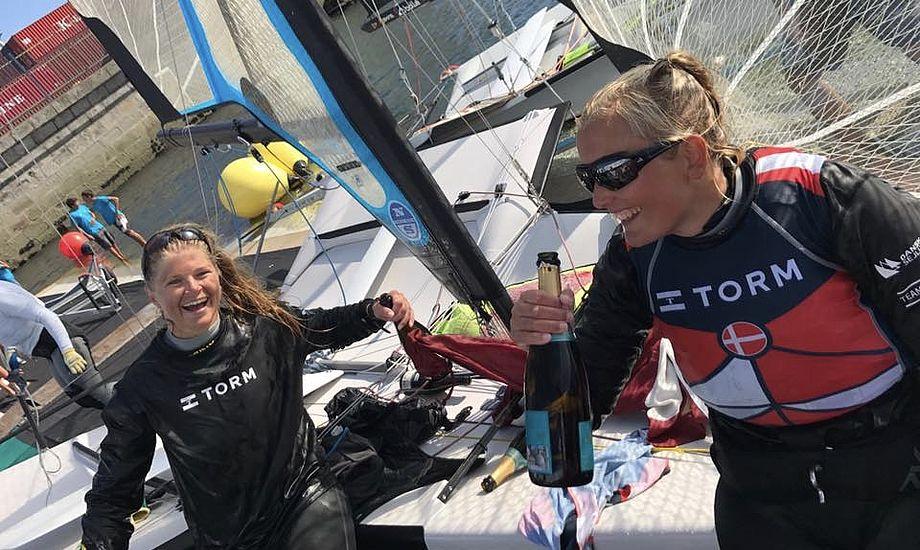 Det var nogle glade danske sejlere, der på land kunne fejre deres første VM-guldmedalje. Foto: Peter Homilius Hansen / Facebook