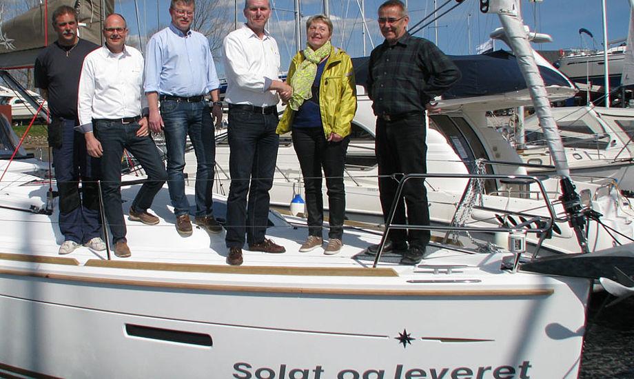 Her er båd nr. 5000 fra Tempo Bådsalg med de nye ejere helt til højre og fra venstre en del af den faste besætning på Tempo Bådsalg: Jørgen Sørensen (servicechef) Gert E. Sørensen, Henrik Jørgensen og Stewart Moeliker-Twigg.