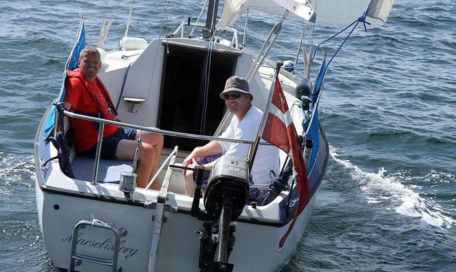 Cockpittet er stort og dybt i forhold til at den svenske båd kun er 7,7 meter lang. Til venstre sidder bådejer Kent Andersen fra Odense med sin ven, Morten Kaspersen. Foto: Troels Lykke