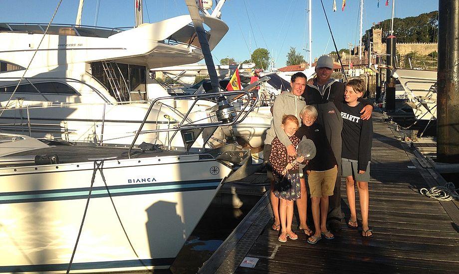 Familien Rosentoft blev atter genforenet i Baiona, efter skipper selv måtte tage turen over Biscayen. Foto: Cille Rosentoft.