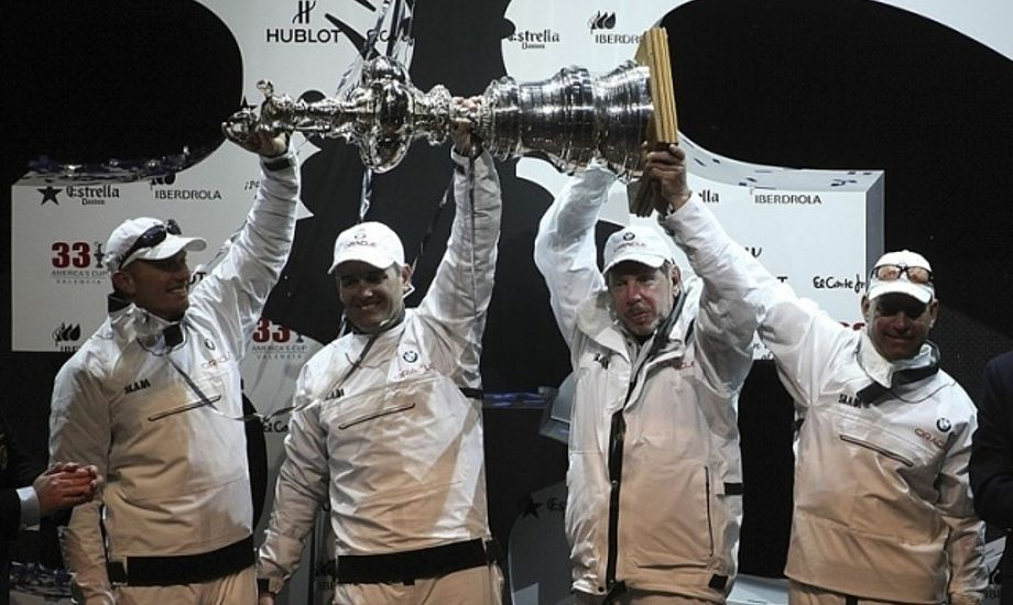 Russell Coutts efter America's Cup sejr i Valencia 2010. Han arbejder for Oracle Racing Team.