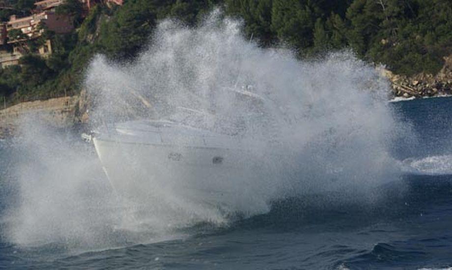 Floor Marine udstiller deres sejl- og motorbåde. Her er det en Bavaria 28 under test i Italien. Foto: Troels Lykke