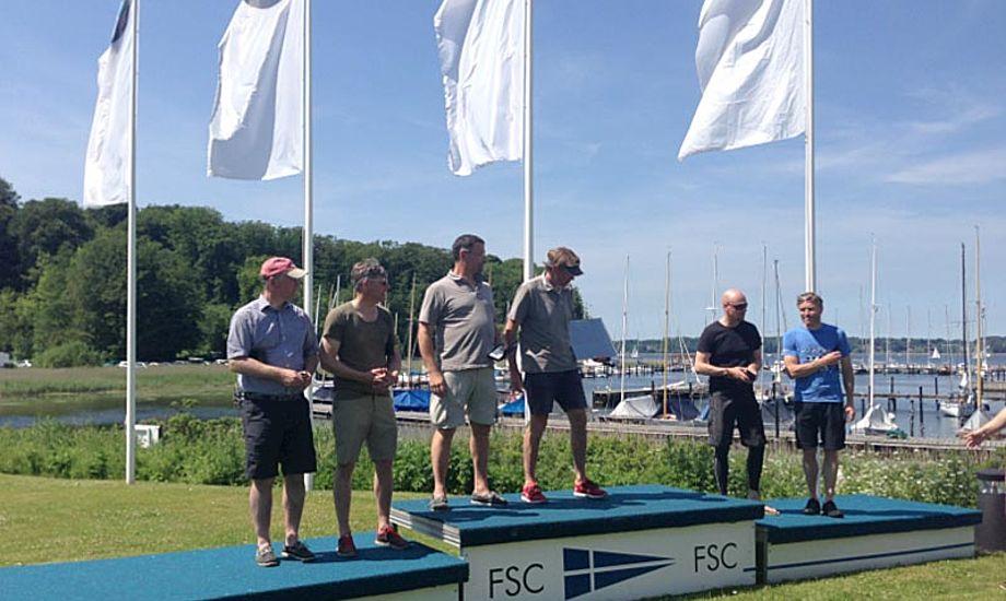 Glade vindere i Tyskland. Etter blev Flemming Sørensen og Niels Trysøe fra Troense Bådelaug, toer (th), Jørgen Svendsen og Jens Chr. Jurlander fra Hellerup Sejlklub og treer (tv), Henrik Jørhov og Bent Rasmussen, Malmø SS.