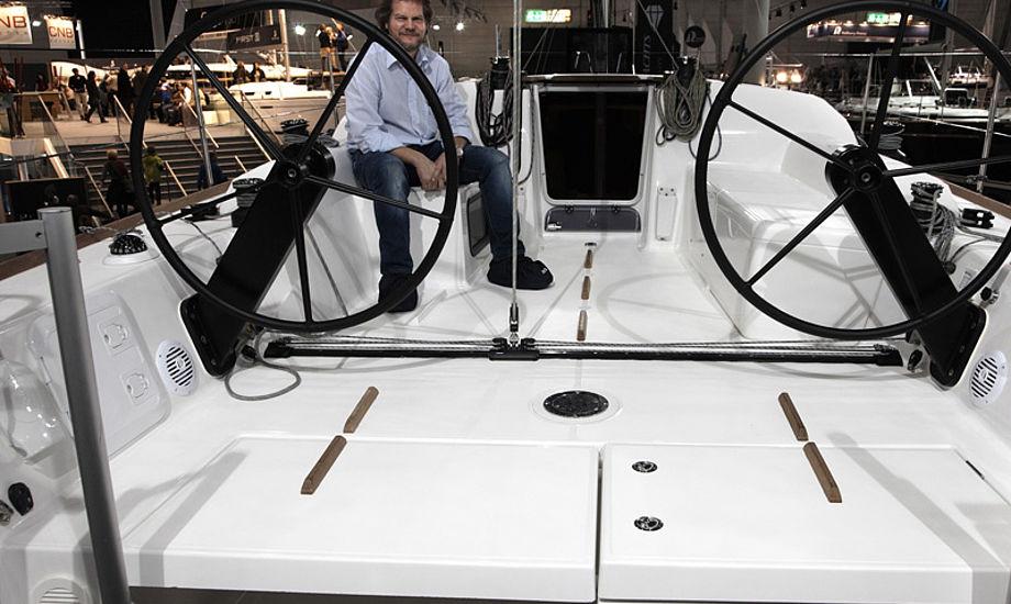 Michael Floor er her om bord på den nye 36 fods båd fra Dufour Yachts. PR-foto