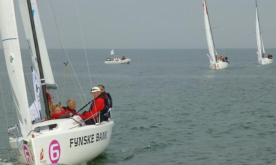 Hadsund Sejlklub godt på vej i et af stævnets sejladser. Fra venstre ses Mark Carlsen, Flemming Jensen, René Nielsen og i baggrunden rorsmand, Jesper Brøndum. Foto: Per Carlsen