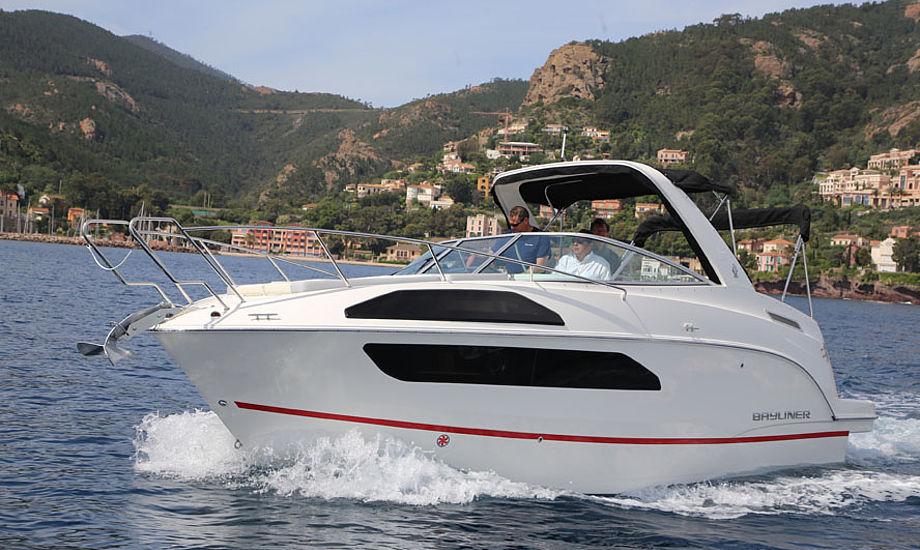 Amerikanske Bayliner har sendt ny båd på markedet. En familie på fire kan sagtens være i båden der er godt indrettet. I bølger kan den høje, smalle båd rulle lidt i bølgerne. Foto: Troels Lykke