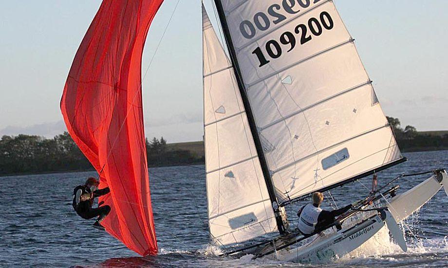 Dan og Allan Ibsen skal lære at sejle med spiler. Her demonstrerer to Middelfart sejlere, hvordan man laver en kombineret flyvende tepose og undervandsbåd. 10 point for den kunstneriske udførelse. Foto: Peter Quorning