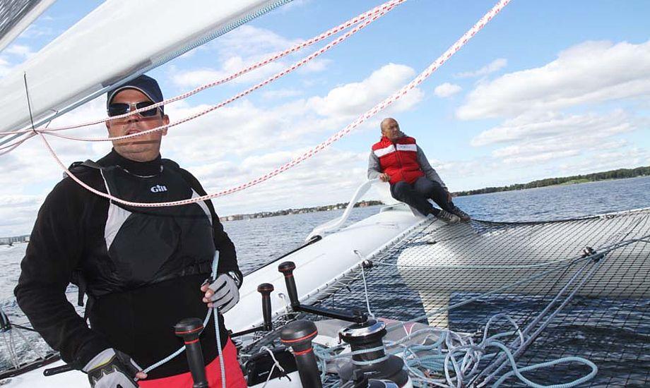 Jacob Groth, gast og medejer af Carbon3, ses i forgrunden, mens Bank styrer på Øresund. Foto: Troels Lykke