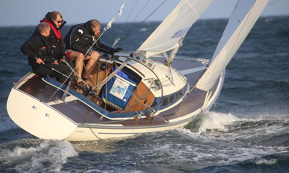 Jeg synes at båden har det en båd skal have, især cockpittet er fantastisk dybt og rummeligt. Jeg drømmer ikke om en anden båd, siger Peer Kradrup. Foto: Troels Lykke