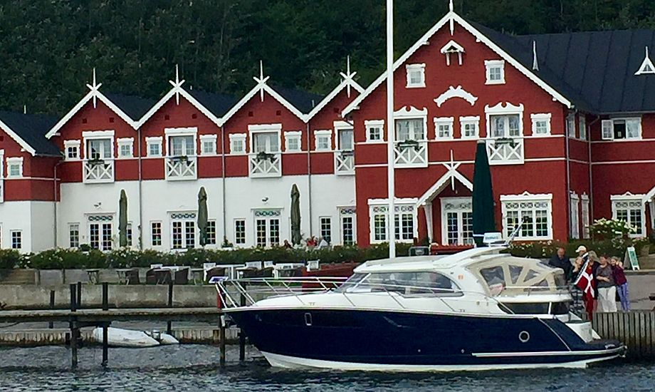 Her ses Marex 320 foran Dyvig Badehotel. Foto: Reese