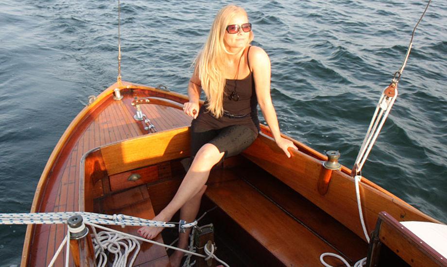 Catja Beck-Berge under en sejltur i juli i år. Båden ligger i Svanemøllehavnen og en elektrisk pumpe kører altid for at holde båden tør. Foto: Troels Lykke