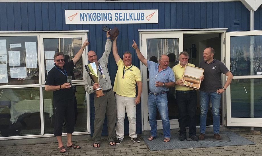 De seks bedste Finnjollesejlere efter DM-stævnet i Nykøbing Sjælland. Nr. 2 fra venstre er Otto Strandvig med pokalen. Foto: Finnjolleklubben