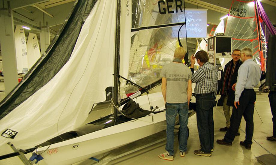 Her ses udstillere på Børresen Bådebyggeris stand og studerer den ny RS100. Foto: Troels Lykke