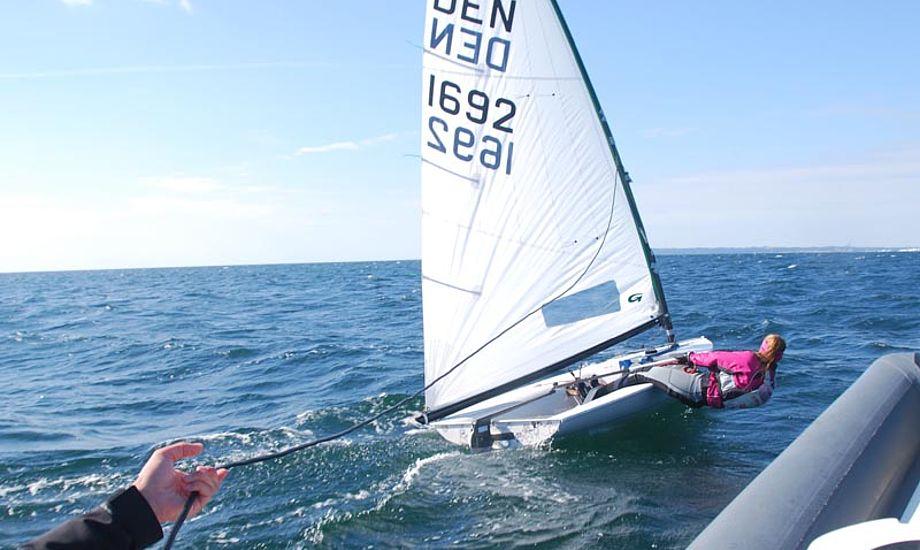 Europajolle-sejleren Malene under test, hvor Rie måler på båden.