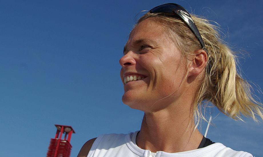 Bettina Honoré, mor til to og uddannet pædagog, er Danmarks suverænt bedste windsurfer. Hun holder foredrag på bådudstillingen. Her ses hun i Kina under OL. Foto: Troels Lykke