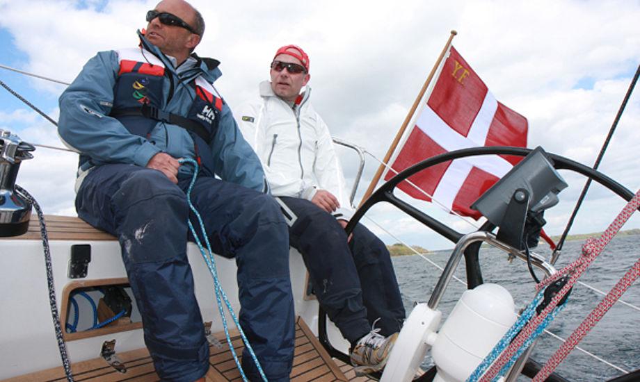 Redaktør på minbaad.dk er Troels Lykke, der her tester Faurby 396 med Jesper Bank. Foto: Hauge/Yacht
