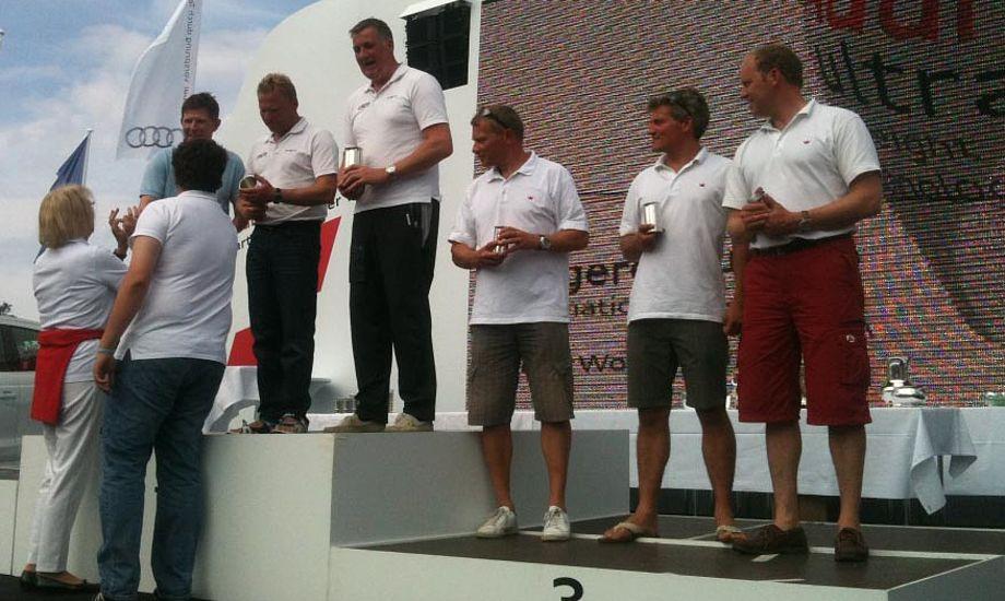 H-både sejlere på podiet i Kiel. Team Stegger, tv., og Team Korsgaard.