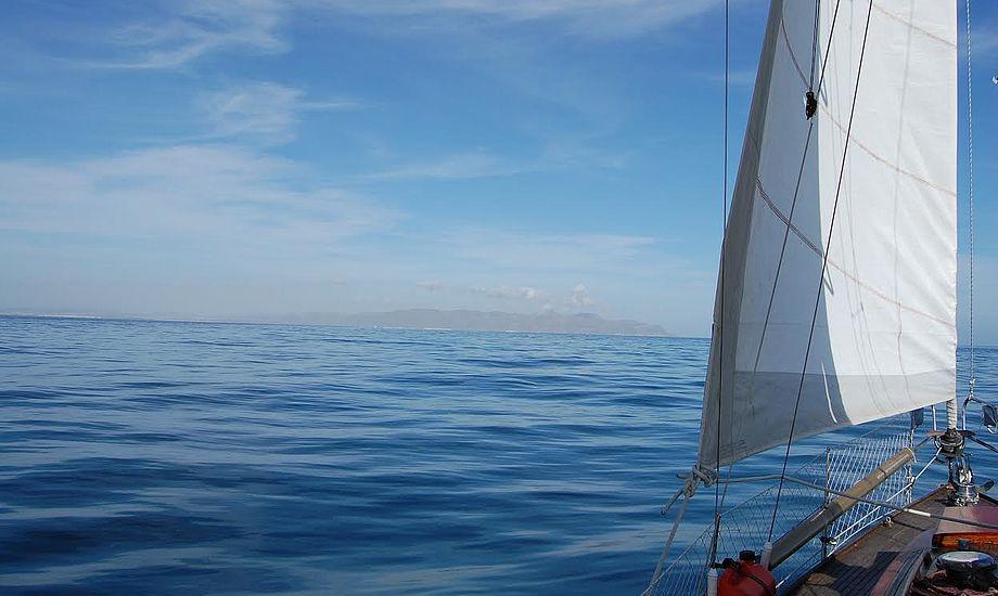 Sejlene er sat, og familien Wilken er på vej på langfart. Foto: Malene Wilken
