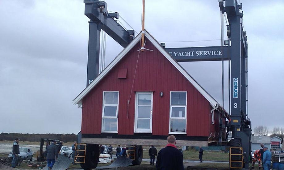 Kranen kan løfte 110 tons i en bredde på 7.5 meter, hvilket netop var nok til at klubhuset kunne tages med kranen.