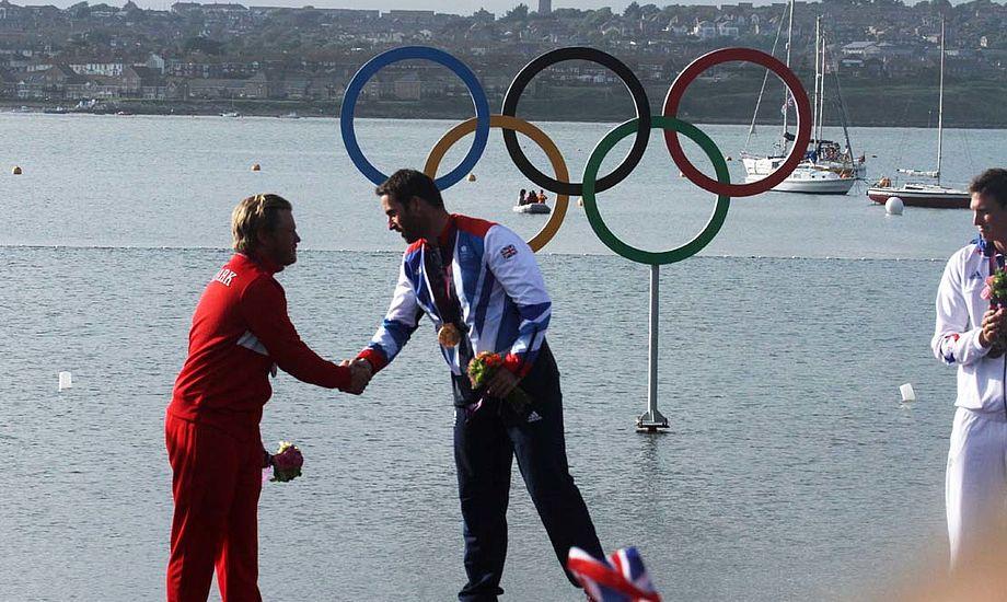 Blev de gode venner til medaljeoverrækkelsen, efter hårde ord gennem OL og grove beskyldinger fra Ben Ainslie's side. Foto: Troels Lykke