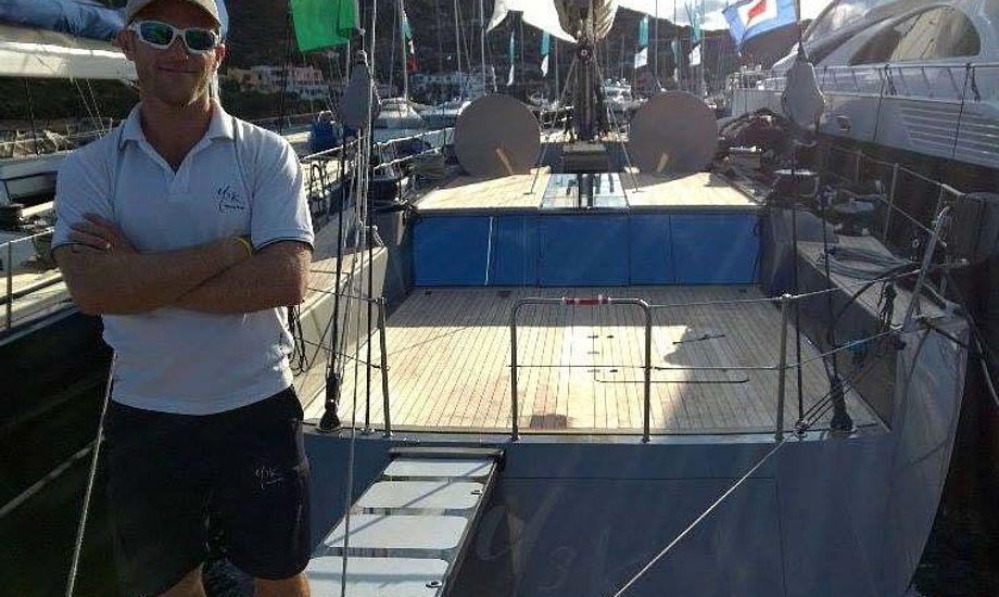 Taktiker Jesper Radich foran Y3K, der sejles af 25 mand. Foto: Troels Lykke