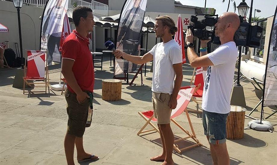 Peter Hansen, tv., interviewes her under OL i Rio, hvor han trænede Jena og Katja til OL-bronze i 49erFX. Foto: Troels Lykke