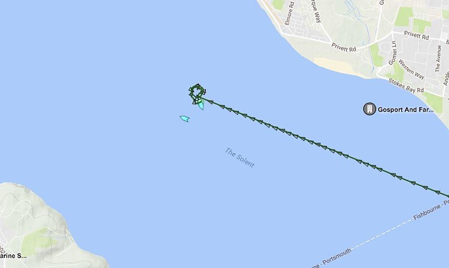 En slæbebåd og et redningsfartøj har ligget omkring fragtskibet det sidste stykke tid. Foto: Marinetraffic.com