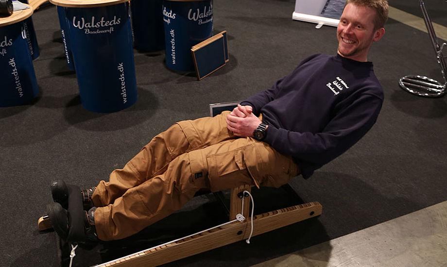 Rolf Walsted viser her hvordan værftets nye hængebænk ser ud. Foto: Troels Lykke