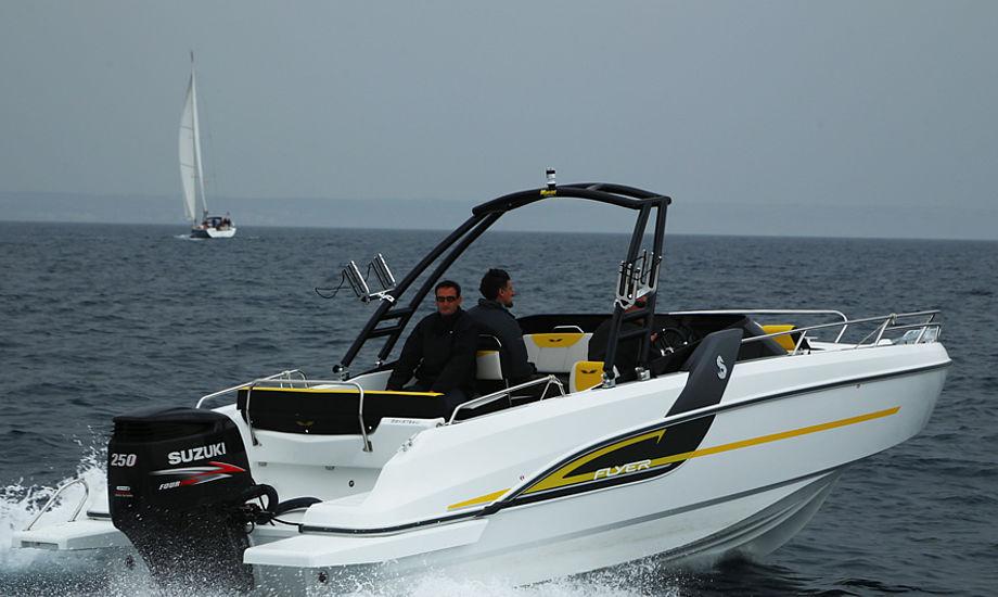 Topfarten på Flyer 7 Sport Dæk med en 250 hk Suzuki var 34,1 knob. Båden gik som en drøm i bølgerne, ud for Palma de Mallorca. Foto: Troels Lykke