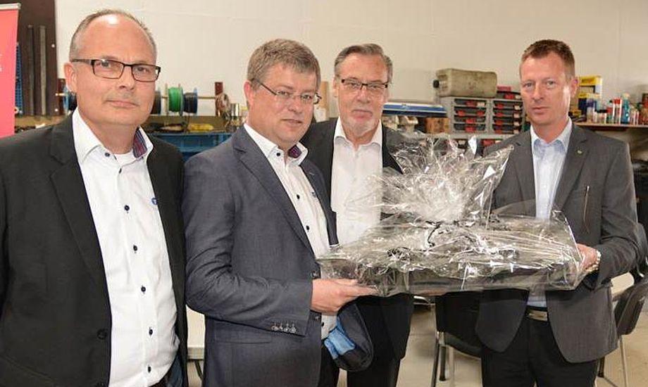 Prisen blev overrakt af Ishøjs borgmester Ole Bjørstrup, der ses på billedet sammen med Ishøj Erhvervsforenings formand Michael Skou og bådhandlerne Henrik Jørgensen og Gert Sørensen.
