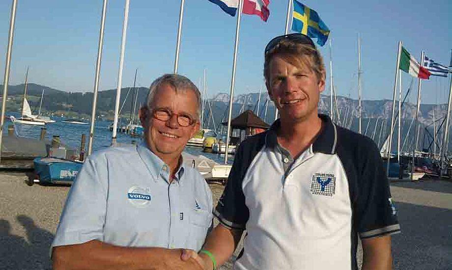 attias Dahlström, nyvalgt formand for Det internationale Ynglingeforbund (IYA) og Henrik Møhl fra Sail Event Kerteminde Sejlklub giver hinanden hånd på et veltilretttelagt Ynglinge EM 2012 i Kerteminde