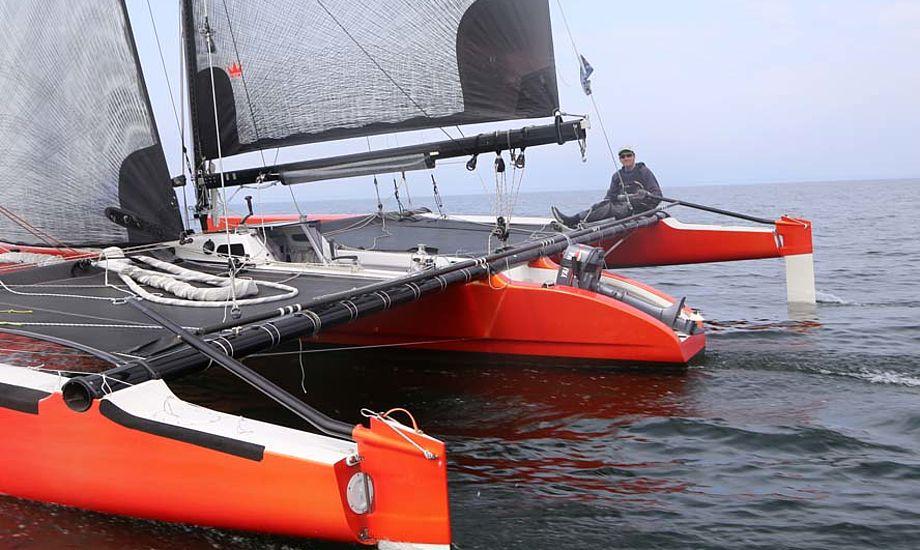 Jens Quorning ses her lige efter start, hvor katamaranen Carbon 2 sejlede fra Dragonfire 28, der dog siden indhentede Carbon 2. Foto: Troels Lykke