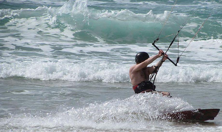Kitesurfere burde have certifikat, mener en windsurfing-instruktør. Arkivfoto
