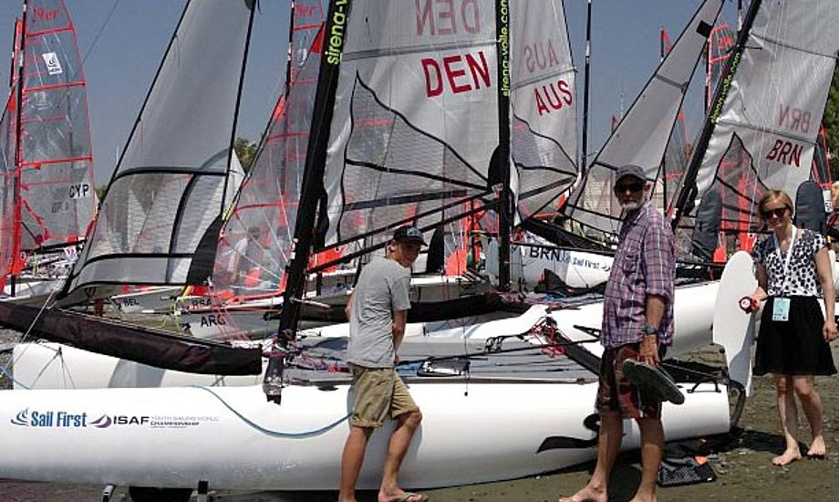 Finn Beton har hjulpet Camilla Eden og Nicklas Heide med at justere trimmet på SL16. Held og lykke til alle de danske sejlere. Foto: Jan Christiansen