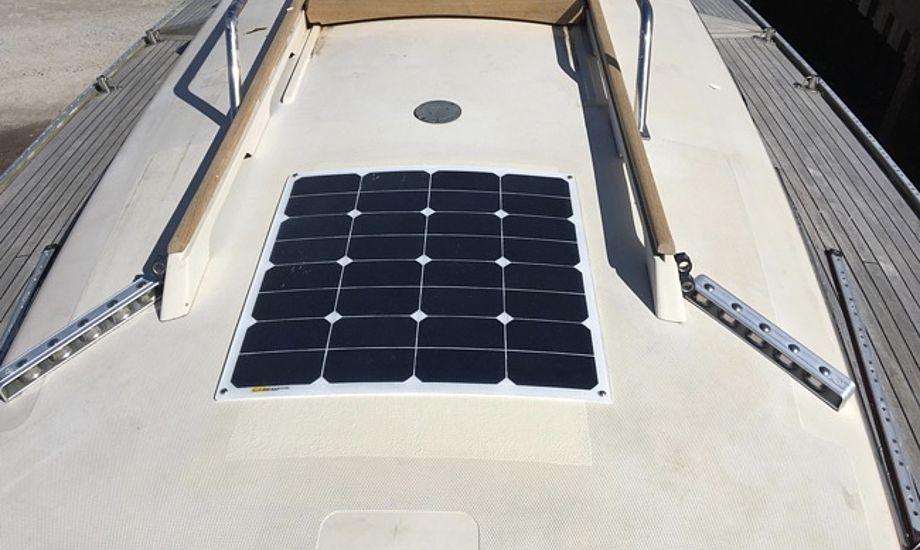 Læs blandt andet mere om disse solpaneler, der forhandles af Kjøller Marine. Foto: Kjøller Marine