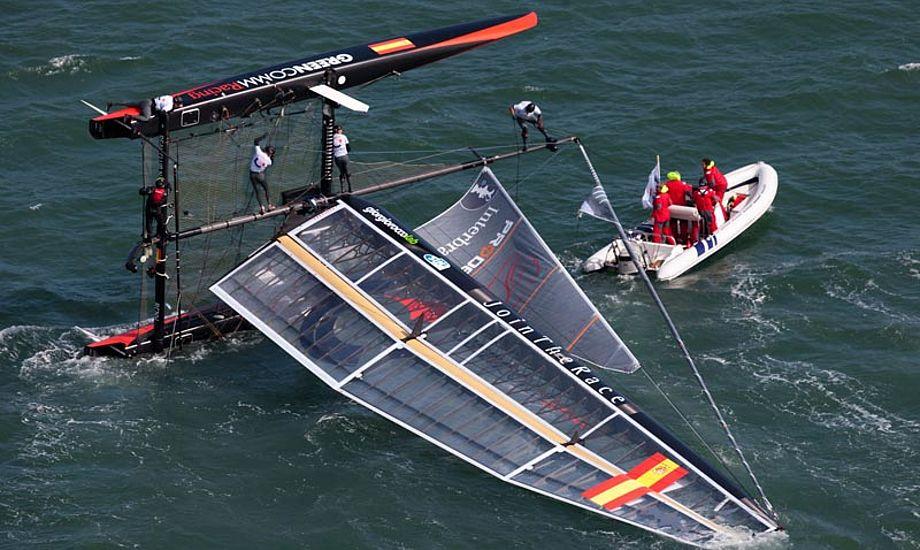 Få meter fra mållinjen kæntrede spanske Green Comm Racing. De ligger på sidstepladsen. Foto: americascup.com
