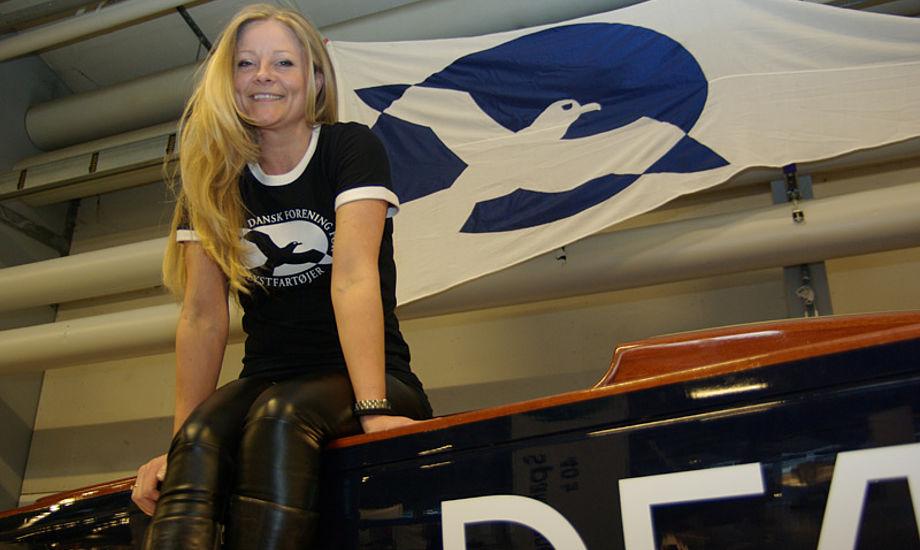 Catja Beck-Berge har en træbåd fra 1945 i Svanemøllehavnen. Om torsdagen sejler hun træskibsræs og minbaad.dk er blevet lovet en tur. Her sidder hun på en toplækker Drage Bella Center. Foto: Troels Lykke