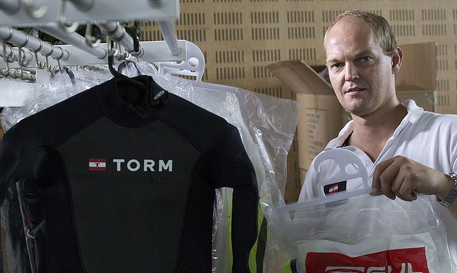 Udviklingskonsulent Henrik Tang Kristensen i gang med at forberede uddeling af sejlertøj i Idrættens Hus.