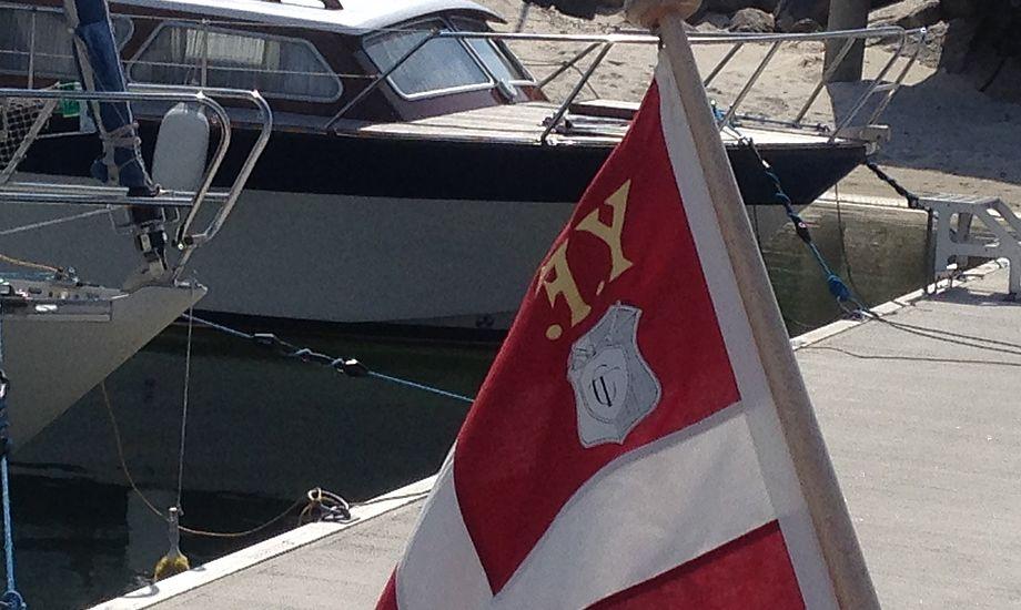 Bavaria 34-ejer fra Nordsjælland har sat sit firmanavn i splitflaget. Det holder ikke, mener Hans Jacobsen, der tog foto af flaget.
