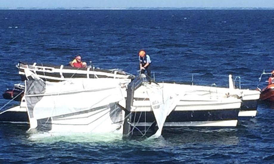 Redningsfolk og sejlere måtte kæmpe for at skille rig og båd ad. Foto: Jørn Hartmeyer / Marinehjemmeværnet