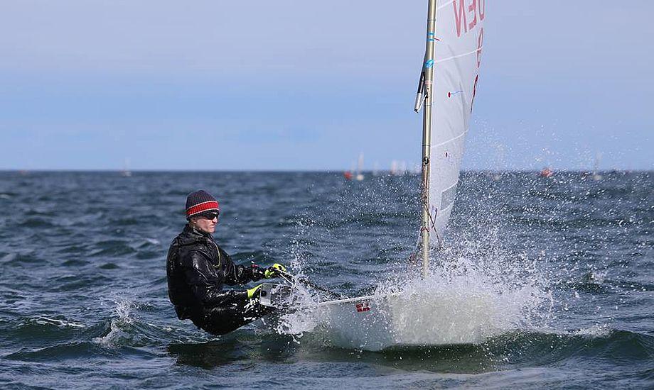 Emil Christensen er næsten 1,80 meter høj og dermed i princippet vejer for meget til at sejle i let vejr, som prægede de to første rangliste-stævner. Her er han i Kerteminde i Pinsen. Foto: Troels Lykke